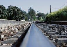 Het kijken langs een spoorlijn Stock Foto's
