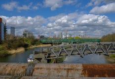 Het kijken naar Stratford van Rivier Lea in Oost-Londen stock foto's