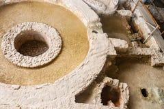 Het kijken neer op archeologische uitgravingen in Athene Griekenland met opgebouwde gangen en voetdrukken in het zand rond cirkel royalty-vrije stock foto's