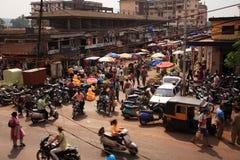 Het kijken neer op een bezige straat India Stock Afbeeldingen