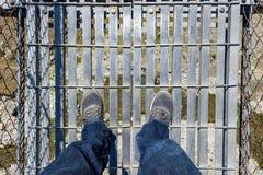 Het kijken neer op een hangbrug Stock Foto's