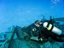 Het kijken neer op een Scuba-duiker stock foto