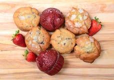 Het kijken neer op een verscheidenheid van muffins Stock Foto