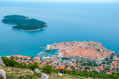 Het kijken neer op Lokrum-eiland van de kabelwagen van Dubrovnik stock afbeelding