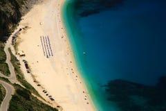 Het kijken neer op strand Myrtos Stock Foto's