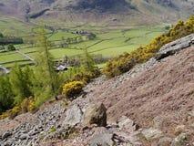 Het kijken neer van rotsachtige helling aan hieronder vallei stock foto