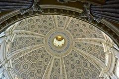 Het kijken omhoog aan de hemel van de basiliek Royalty-vrije Stock Afbeelding
