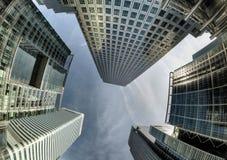 Het kijken omhoog aan wolkenkrabbers tegen hemel in Canary Wharf stock foto