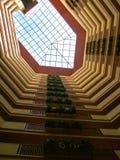 Het kijken omhoog binnen een gebouw Stock Foto