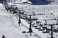 Het kijken omhoog de skihellingen van de Siërra de bergen van Nevada in Spai Royalty-vrije Stock Foto's
