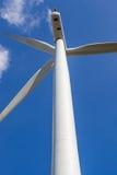 Het kijken omhoog de windturbine tegen blauwe hemelachtergrond in wind Stock Afbeeldingen