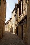 Het kijken omhoog een oude Franse straat royalty-vrije stock afbeeldingen