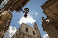 Het kijken omhoog in het centrum van Lecce - Salento Italië Royalty-vrije Stock Foto