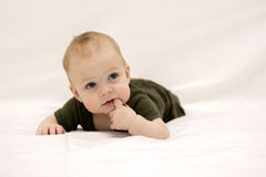 Het kijken omhoog leuke babyjongen Stock Foto