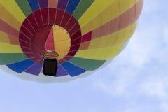 Het kijken omhoog naar een Hete Luchtballon in de Hemel Stock Foto's