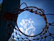 Het kijken omhoog pas door basketbalhoepel en netto aan hemel royalty-vrije stock fotografie