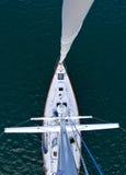 Het kijken onderaan de mast van een lange moderne zeilboot royalty-vrije stock afbeeldingen