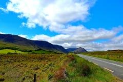 Het kijken onderaan de Vergeten Weg in Ierland royalty-vrije stock fotografie