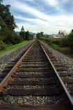 Het kijken onderaan het spoor Stock Foto