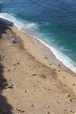 Het kijken onderaan strand van turkooise blauwe overzeese wateren Stock Afbeelding