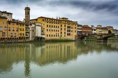 Het kijken over de Arno-rivier in Florence Stock Foto's