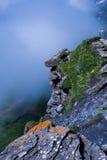 Het kijken over de rand van de berg Royalty-vrije Stock Afbeeldingen