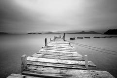 Het kijken over een pijler en boten stock afbeeldingen