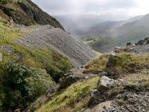 Het kijken over oud mijnbouwgebied aan lichte mist in vallei Stock Fotografie