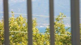Het kijken overdwars door de balkonsporen stock footage
