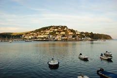 Het kijken overdwars van Dartmouth aan Kingswear in Zuiden Devon royalty-vrije stock fotografie