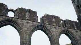 Het kijken rond Oude Kerkruïnes stock footage