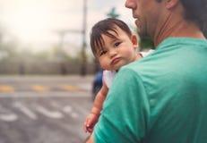Het kijken terug - Babymeisje stock fotografie