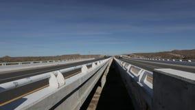 Het kijken tussen twee wegbruggen stock video