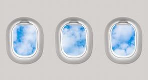 Het kijken uit de vensters van een vliegtuig aan de blauwe hemel en de wolken royalty-vrije illustratie