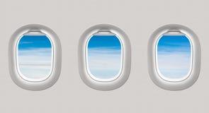 Het kijken uit de vensters van een vliegtuig aan de blauwe hemel en de wolken vector illustratie