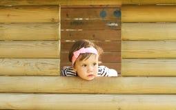 Het kijken uit het meisje van de vensterbaby Royalty-vrije Stock Foto's