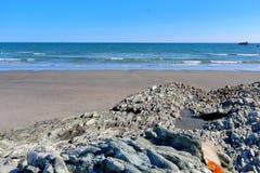 Het kijken van de rotsachtige kust aan de oceaan royalty-vrije stock foto's