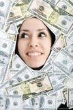 Het kijken van de vrouw trought maakt in op geld een gat bacground Stock Afbeelding