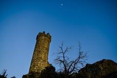Het kijken van onderaan watchtower van Torrelodones die verschrikking voelen Royalty-vrije Stock Afbeelding