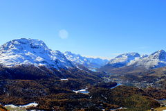 Het kijken van St Moritz/St Maurice naar de meren van Champfer en Silvaplana en de bergen Piz Corvatsch en Piz Bernina Royalty-vrije Stock Fotografie