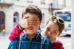 Het kind behandelt zijn ogen van zijn broer Royalty-vrije Stock Foto's