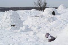 Het kind beklimt uit het sneeuwhol - woning Inuit, Iglo royalty-vrije stock afbeeldingen
