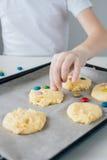 Het kind bereidt eigengemaakte Kerstmiskoekjes voor royalty-vrije stock afbeelding