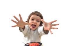 Het kind bereikt voor bessen Stock Foto