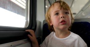 Het kind berijdt de trein stock footage