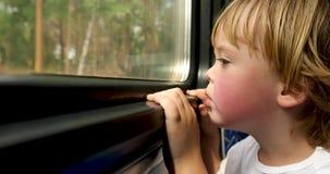 Het kind berijdt de trein stock videobeelden