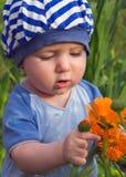 Het kind bestudeert flowerses stock afbeeldingen