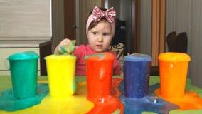 Het kind bestudeert kleuren stock videobeelden