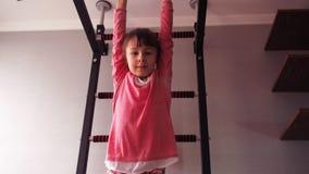 Het kind betrokken bij sporten stock videobeelden