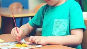 Het kind is bezig geweest met creativiteit in klaslokaal De werkplaats van het jong geitjekunstwerk Kinderen ` s Art Project, amb royalty-vrije stock afbeelding